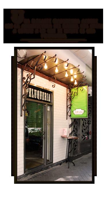 Una elegante marquesina acorde con la arquitectura del barrio nos invita a entrar a lo que se intuye es una peluquería